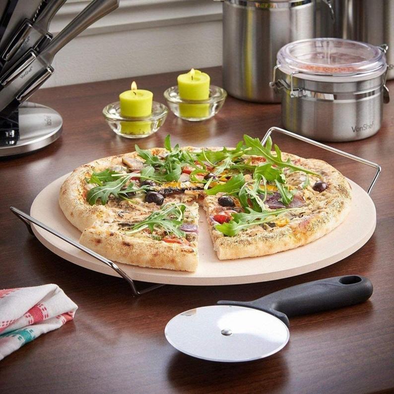 Pietra per cuocere e servire a tavola della pizza fatta in casa
