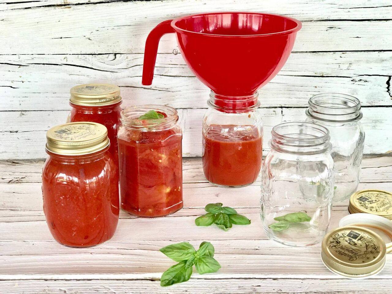 Imbottigliare la passata di pomodoro